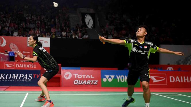 Ganda Campuran Indonesia Hafiz Faizal (kanan) dan Gloria Widjaja (kiri) mengembalikan kok ke arah lawannya asal Malaysia Tan Kian Meng/Lai Pei Jing dalam babak pertama Daihatsu Indonesia Masters 2019 di Istora Senayan, Jakarta