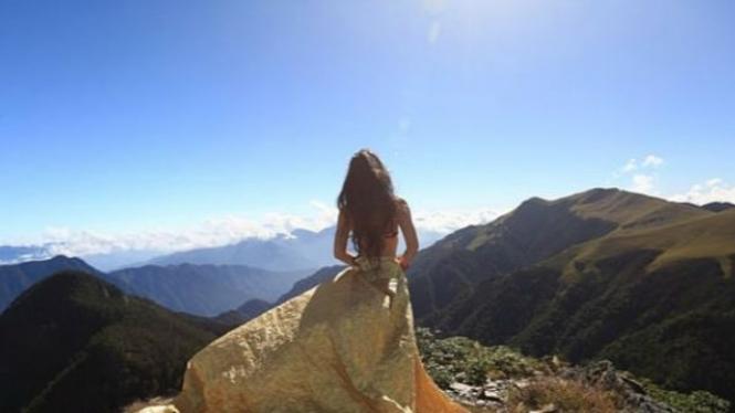 Pose Gigu Wu saat di puncak gunung.