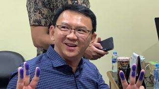 Basuki Tjahaja Purnama saat mengurus administrasi pembebasan di Rutan Mako Brimob Depok, 24 Januari 2019.