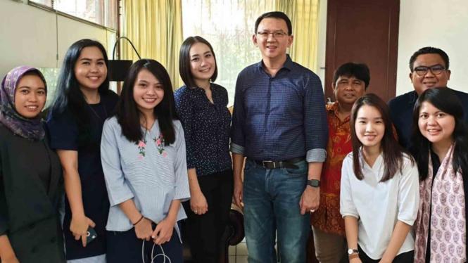 Mantan Gubernur DKI Jakarta Basuki Tjahaja Purnama alias Ahok (tengah) berfoto dengan kerabatnya di Jakarta, Kamis, 24 Januari 2019.
