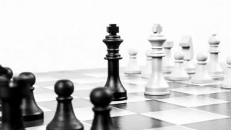 Ilustrasi bermain catur.