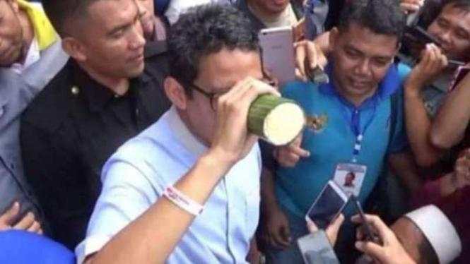 Sandiaga Uno memegang tempe saat di Jambi, Jumat, 25 Januari 2019.