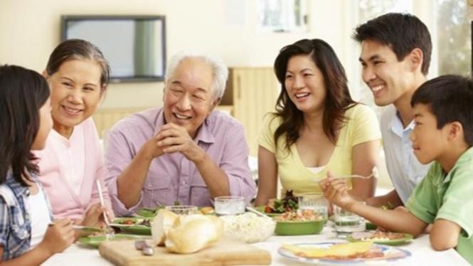 Keluarga menerapkan gaya hidup sehat.