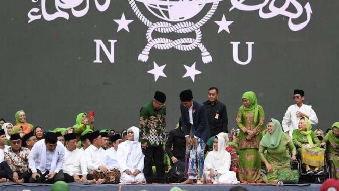 Presiden Joko Widodo disambut Ketua PBNU Said Aqil Siradj saat HUT ke-73 NU di Stadion Utama Gelora Bung Karno (SUGBK), Jakarta, Minggu 27 Januari 2019.