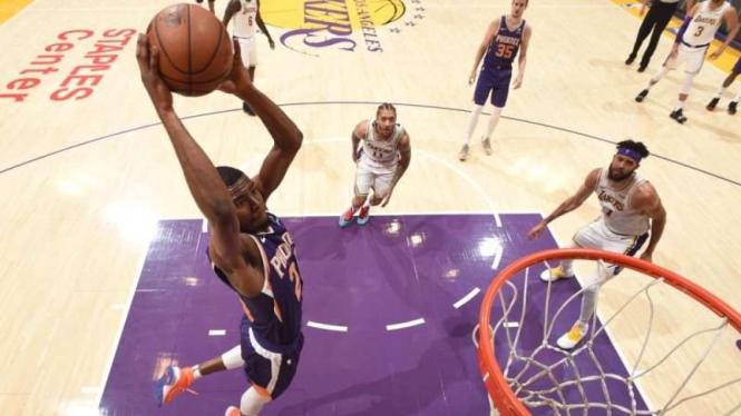 Laga NBA antara Phoenix Suns melawan Los Angeles Lakers di Staples Center