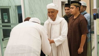 Pimpinan Majelis Taklim Adz-Dzikra Ustaz Muhammad Arifin Ilham (tengah)