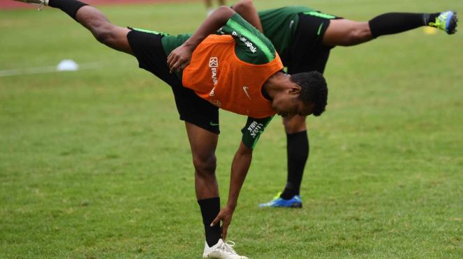 Pesepak bola Timnas Indonesia U-22 Osvaldo Haay melakukan pemanasan ketika mengikuti pemusatan latihan di Stadin Madya, Kompleks GBK, Jakarta, Senin, 29 Januari 2019.