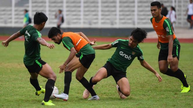 Pemain sepakbola Timnas Indonesia U-22 mengikuti pemusatan latihan di Stadion Madya, Kompleks GBK, Jakarta, Senin, 28 Januari 2019.