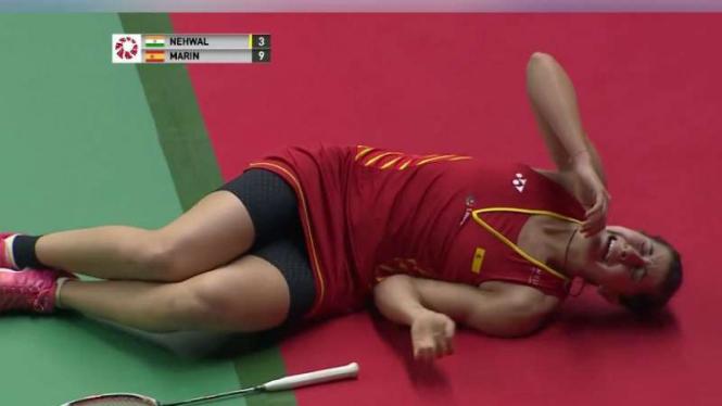 Carolina Marin mengerang kesakitan.