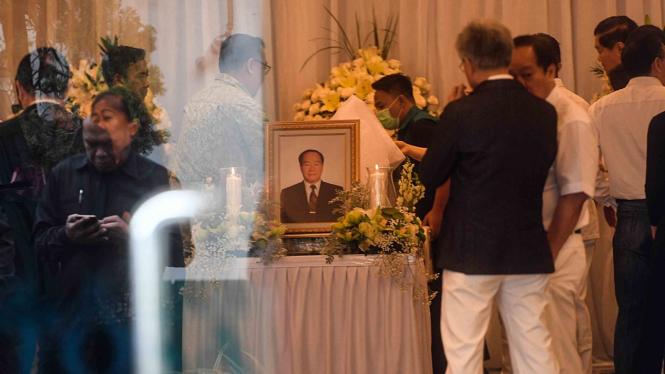 Kerabat memberikan penghormatan terakhir kepada Pendiri Sinar Mas Group Eka Tjipta Widjaja di Rumah Duka Sentosa RSPAD, Jakarta
