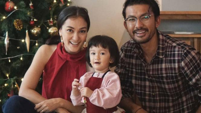 Keluarga Rio Dewanto dan Atiqah Hasiholan