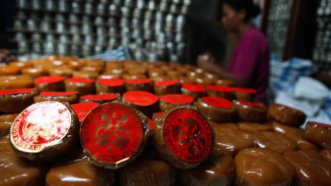 Pekerja membuat kue keranjang di rumah produksi kue di kawasan pecinan Balong, Sudiroprajan, Solo, Jawa Tengah, Senin, 21 Januari 2019.