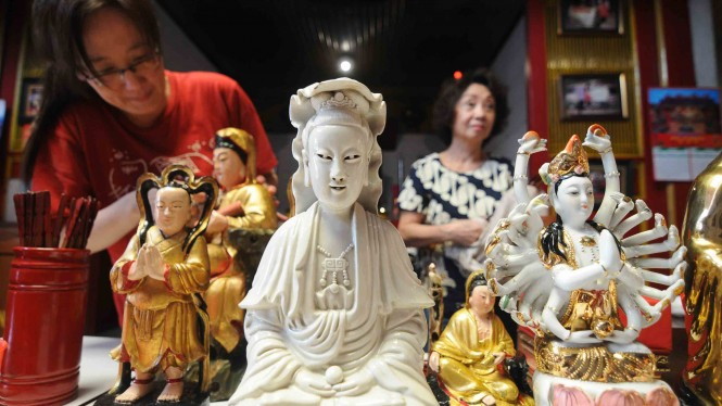 Sejumlah warga Tionghoa membersihkan patung dewa dewi di Klenteng Hok Tek Bio Salatiga, Jawa Tengah, Selasa, 29 Januari 2019.
