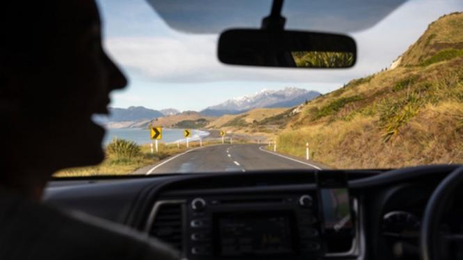 Ilustrasi perjalanan dengan kendaraan pribadi.