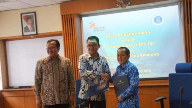 Direktur Utama BNBR, Bobby Gafur Umar dan Rektor ITB, Kadarsah Surya.