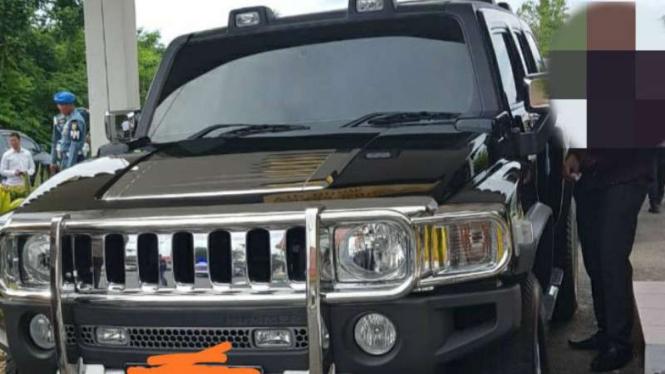Mobil Hummer terparkir di Mako Kepri.