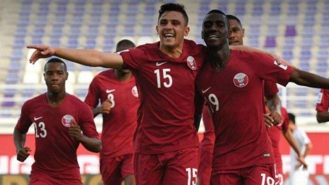 Para pemain Timnas Qatar merayakan gol Almouz Ali (kanan)