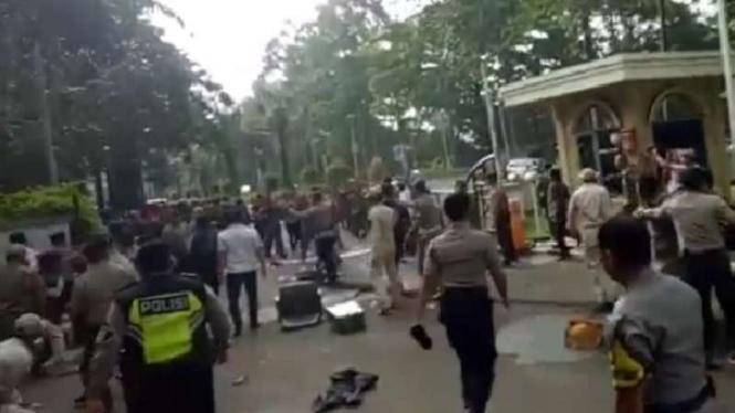 Aksi demo mahasiswa Tangerang berujung ricuh.