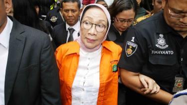 Tersangka penyebaran berita bohong atau hoaks Ratna Sarumpaet bergegas menuju Kejaksaan Negeri Jakarta Selatan dari Polda Metro Jaya, Jakarta