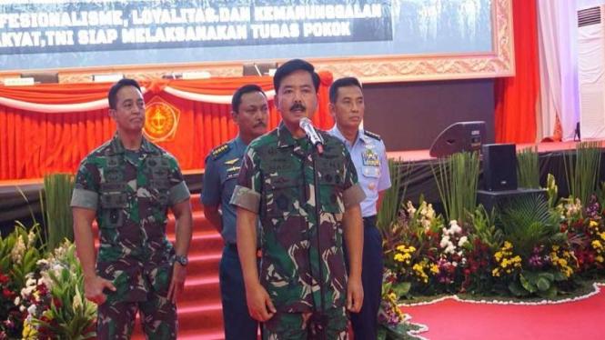 Panglima TNI Marsekal Hadi Tjahjanto bersama Kepala Staf usai Rapim TNI