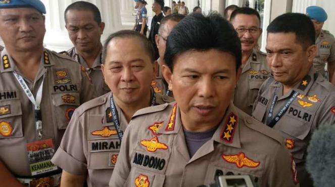 Wakapolri Komisaris Jenderal Polisi Ari Dono berbicara pada wartawan.