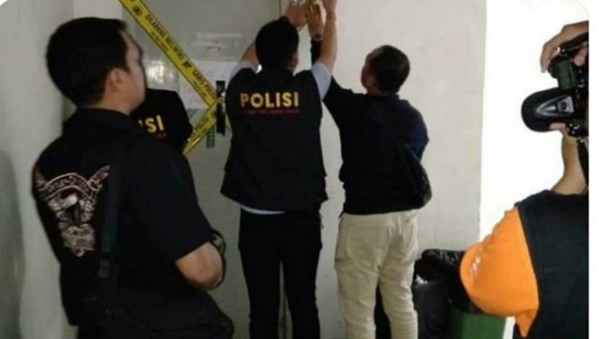 Satgas Antimafia Bola memasang police line di kantor PT Liga Indonesia