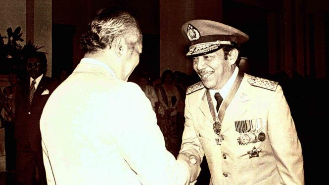 Presiden Soeharto (kiri) memberikan ucapan selamat kepada Letjen Polisi Awaloedin Djamin (kanan) saat pelantikannya sebagai Kapolri yang baru menggantikan Jenderal Polisi Widodo Budidarmo di Istana Negara, Jakarta, 25 September 1978.