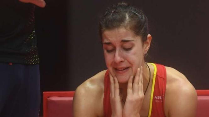 Pebulutangkis Carolina Marin terisak tangis sendu usai alami cedera