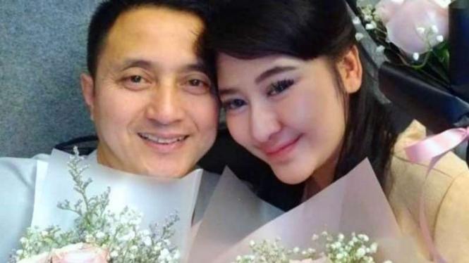 Legenda bulutangkis Ricky Soebagdja bersama kekasihnya, Khairunissa Andjani