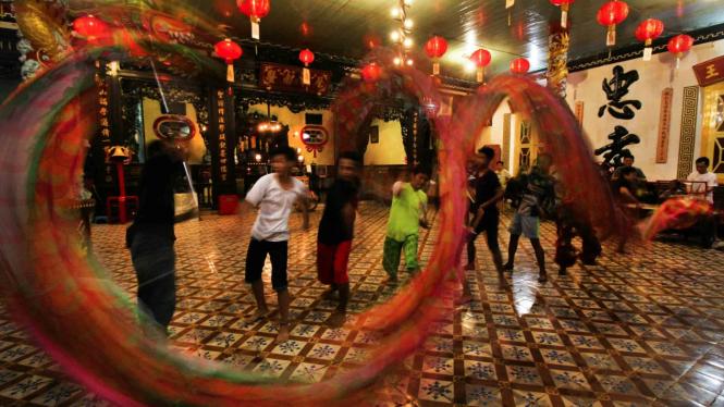 sorot imlek tionghoa budaya china barongsai liong