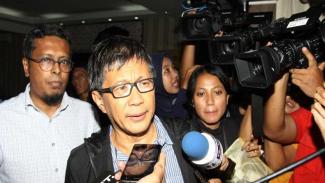 Pengamat politik Rocky Gerung (tengah) diperiksa Polda Metro Jaya
