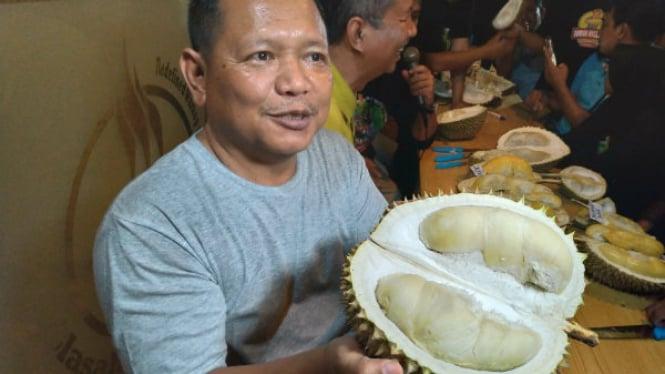 Komunitas Durian Traveler Indonesia dan peneliti durian dari Yayasan Durian Nusantara mencoba durian J-Queen.