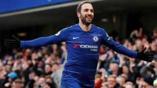 Striker Chelsea, Gonzalo Higuain melakukan selebrasi gol