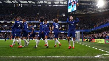 Pemain Chelsea merayakan gol Gonzalo Higuain ke gawang Huddersfield