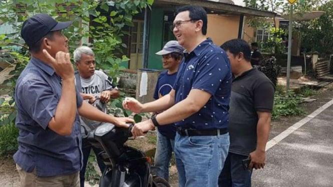 Ahok menyapa tetangga rumahnya di Gantung, Belitung Timur.