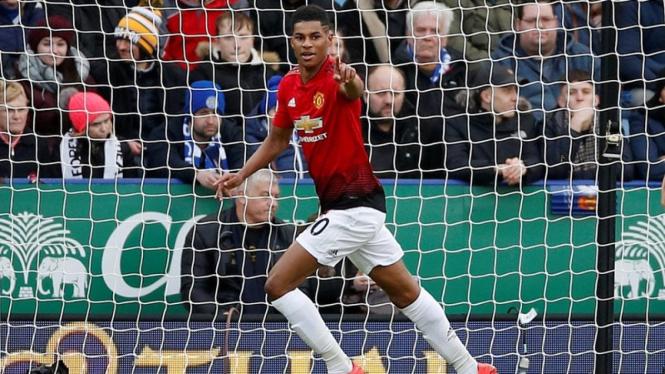 Pemain Manchester United, Marcus Rashford mencetak gol ke gawang Leicester
