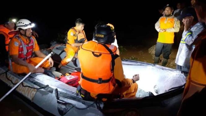 Tim SAR mencari korban banjir akibat luapan sungai Batang Mahek, Sumbar.