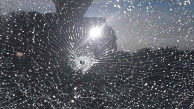 Kaca mobil tertembak peluru
