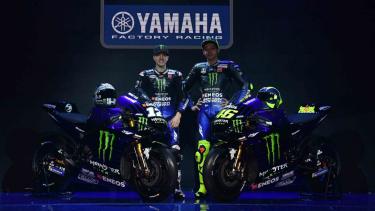 Pebalap MotoGP Valentino Rossi (kanan) dan Maverick Vinales berpose di samping motor YZR-M1 saat peluncuran Monster Energy Yamaha MotoGP Team di Jakarta, Senin, 4 Februari 2019.