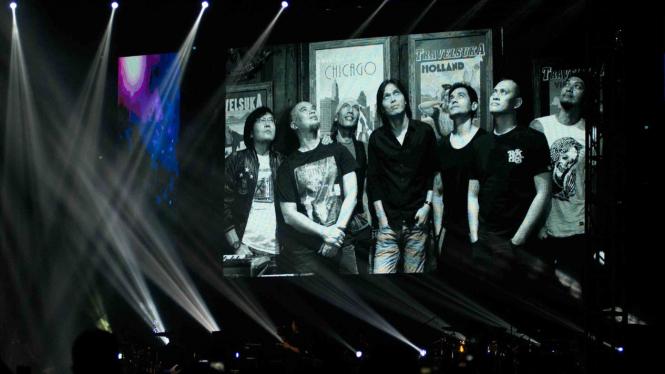 Foto personel Dewa 19 terlihat di layar panggung pada konser Dewa 19 Reunion feat Ari Lasso & Once Mekel Live in Malaysia di Stadion Melawati, Shah Alam, Selangor
