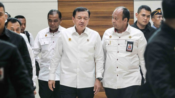 Kepala Badan Intelijen Negara (BIN) Budi Gunawan (ketiga kiri) berbincang dengan Wakil Kepala BIN Teddy Lhaksmana (ketiga kanan) seusai mengikuti rapat kerja dengan Komisi I DPR di Kompleks Parlemen, Senayan, Jakarta