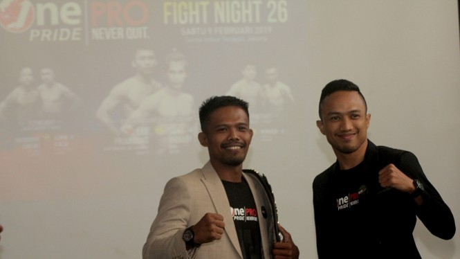 Juara kelas terbang One Pride, Suwardi (kiri), dengan lawannya, Erpin Syah.