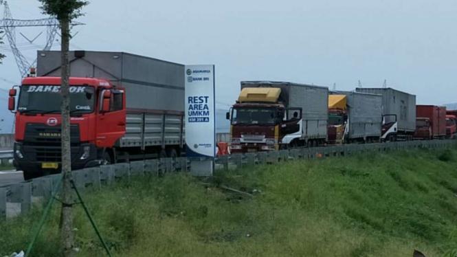 Angkutan logistik sedang beristirahat di rest area km 391A Tol Trans Jawa.