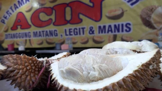 Durian di warung Acin Mangga Besar, Jakarta