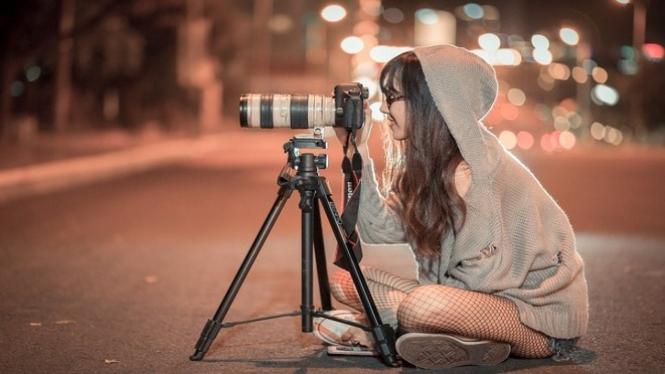 Ilustrasi wanita memotret.