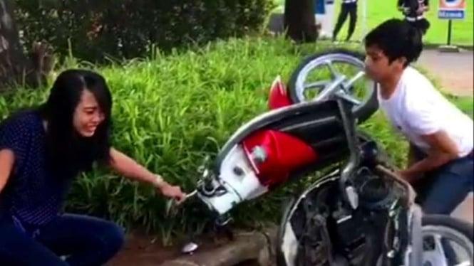 Seorang remaja merusak motor kekasihnya.