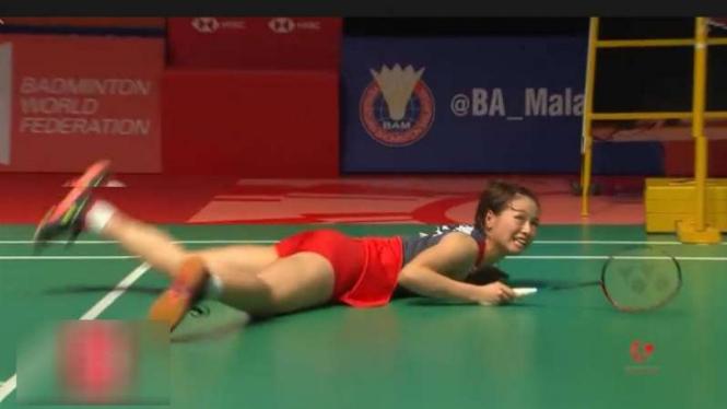 Yuki Fukushima terjungkal di lantai.