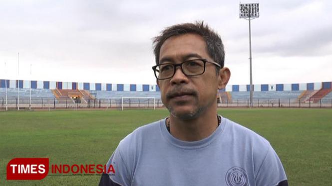 Pelatih Persela Lamongan, Aji Santoso, usai memimpin anak asuhnya latihan di Stadion Surajaya Lamongan, Kamis (7/2/2019). (FOTO: MFA Rohmatillah/TIMES Indonesia)
