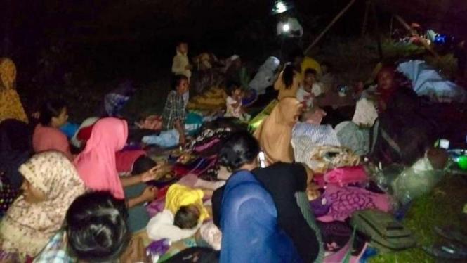 Warga Morotai terpaksa mengungsi setelah dilanda gempa bumi, 7 Februari 2019.