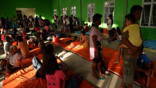 Warga Kelurahan Paseng Sitaro mengungsi akibat erupsi Gunung Karangetang